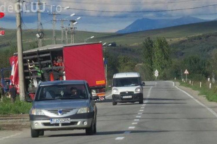 TIR blocat pe marginea drumului la Gherla, după o manevră nereușită FOTO
