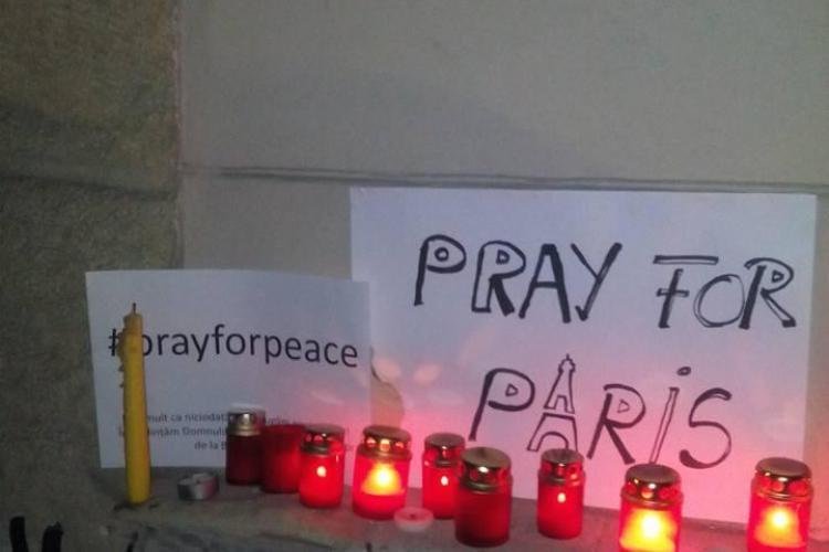 Zeci de clujeni au ținut un moment de reculegere pentru victimele atentatelor de la Paris - FOTO