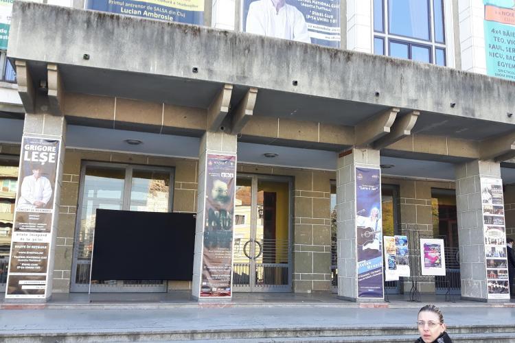 Afișele cu spectacolul lui Dan Puric, VANDALIZATE la Cluj. Novăcescu: Un activist social a amenințat - FOTO