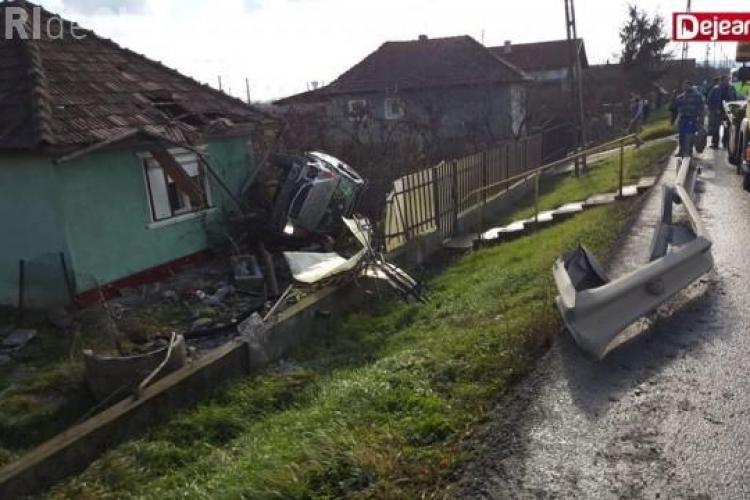 """Accident grav pe un drum din Cluj. Un șofer a """"zburat"""" cu Mercedesul într-o casă FOTO"""