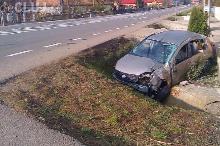 """Accident spectaculos pe un drum din Cluj. Un șofer a scăpat """"ca prin urechile acului"""" după ce a zburat peste șosea cu mașina VIDEO"""