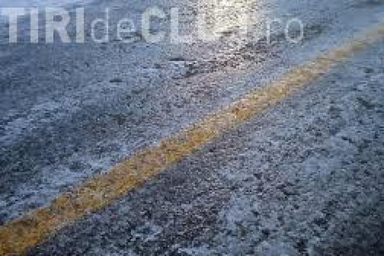 Vremea rece le dă bătăi de cap șoferilor. Un clujean a ajuns cu mașina într-un gard din cauza poleiului