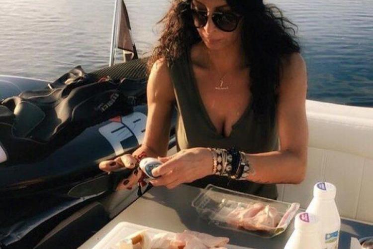 Mihaela Rădulescu mănâncă salam şi pâine, pe yacht. Lipsea ceapa - FOTO