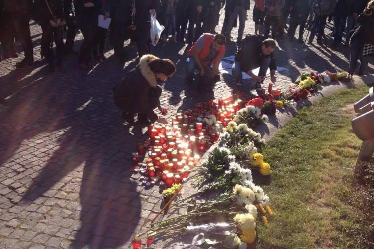 Clujenii aprind lumânări pentru victimele de la CLUB COLECTIV - FOTO