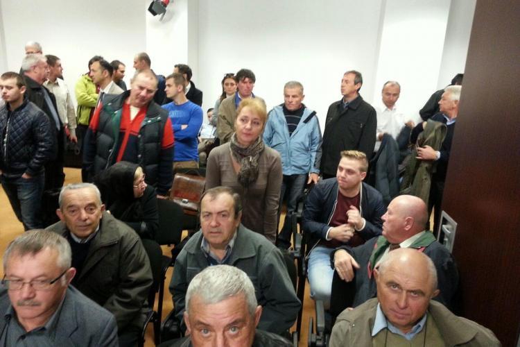 Țăranii din Chinteni au năvălit la Consiliul Județean Cluj și cer să se asfalteze drumurile