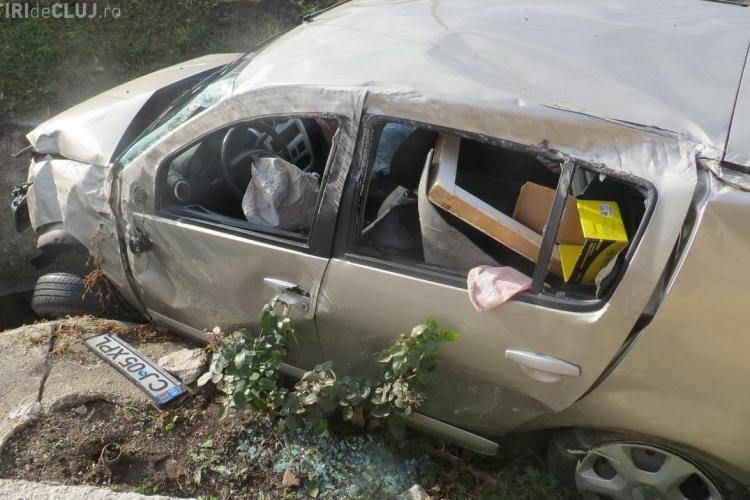 Accident pe cel mai periculos drum din Cluj. Un Logan a zburat peste şosea. Șoferul are 73 de ani - VIDEO