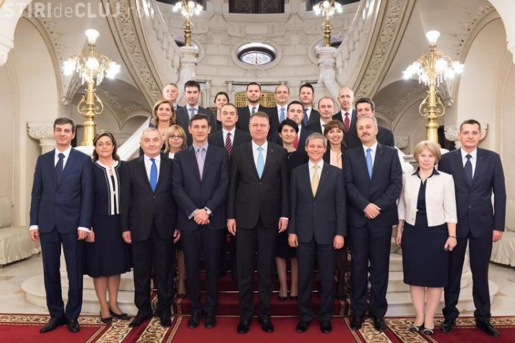 Femeile din Guvernul Cioloș, UMILITE la fotografia oficială - FOTO în articol