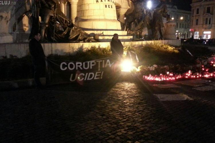 Clujenii au aprins lumânări în Piața Unirii: Corupția ucide! - FOTO