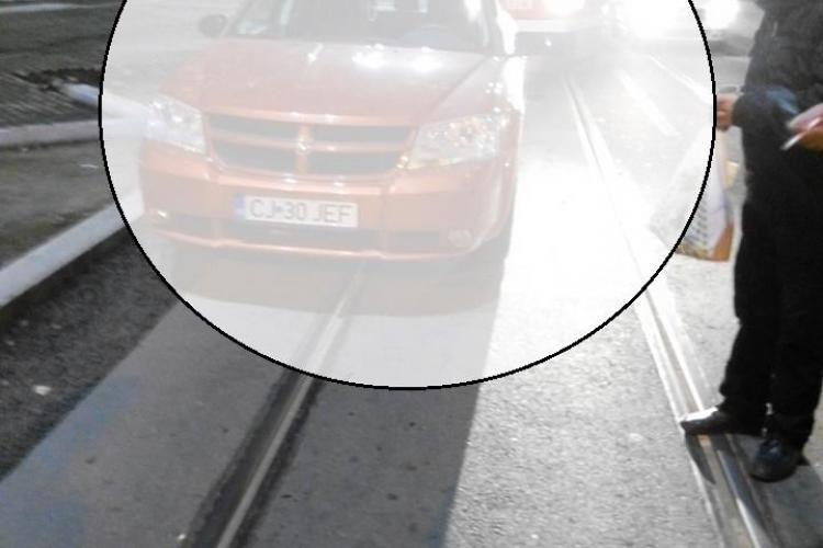 Cluj: Parcare de șoferiță pe linia de tramvai. Cum să spui că nu ai văzut liniile de tramvai, fiind clujean? - FOTO