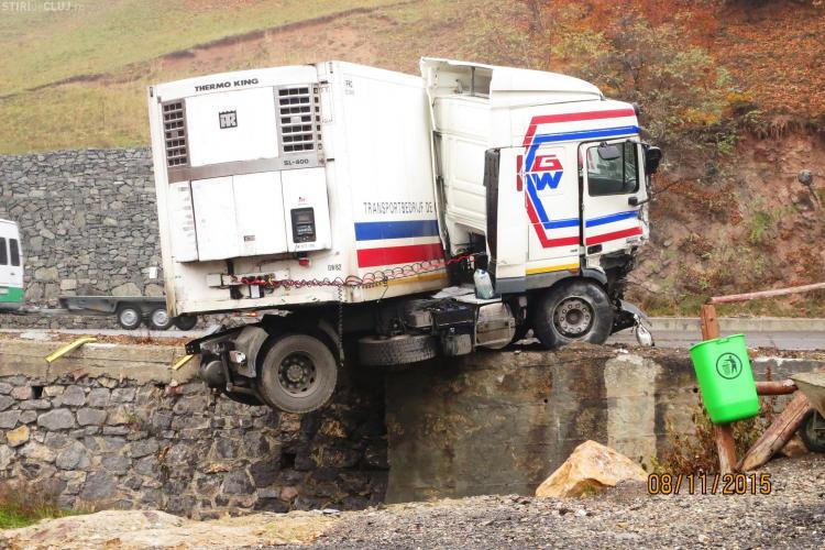 Traficul blocat la intrare în Cluj, din cauza unui accident.Un TIR a fost la un pas de a cădea în prăpastie FOTO