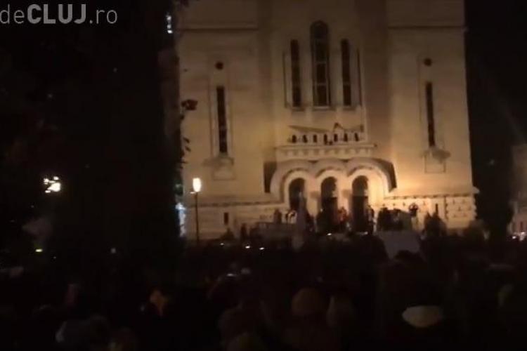"""Huidulieli în fața Catedralei Mitropolitane din Cluj: """"Oricat ti-ar displacea popa, nu scuipi pe Biserica"""" - VIDEO"""