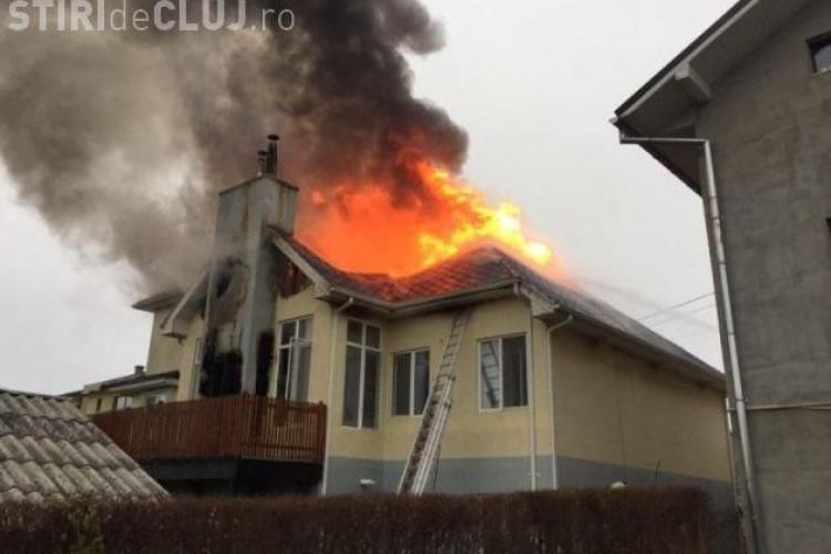 O casă din Cluj s-a făcut scrum, după ce pompierii au rămas fără apă - VIDEO