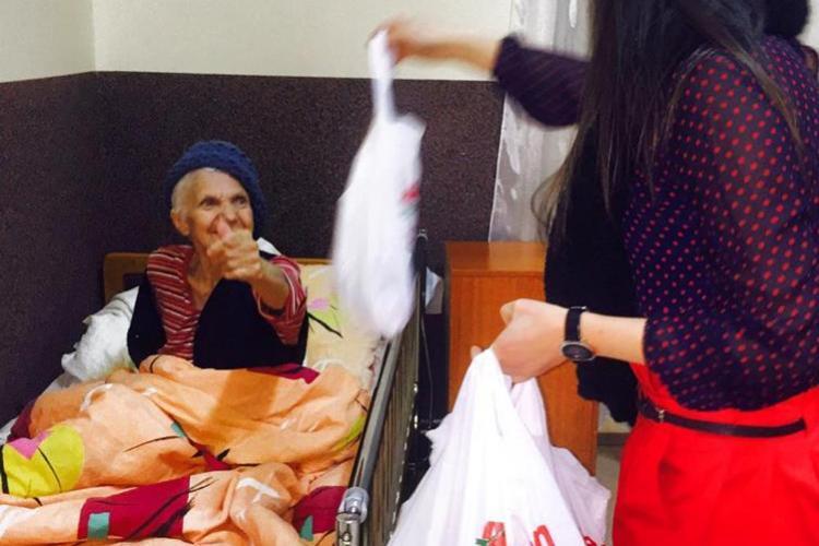 O actriță din Cluj a făcut un calendar cu poeziile ei, iar din banii strânși a cumpărat cadouri pentru vârstnici - FOTO