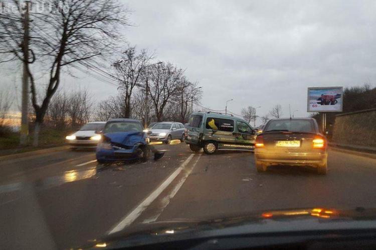 Accident rutier pe Frunzișului! Doi șoferi și-au făcut praf mașinile FOTO