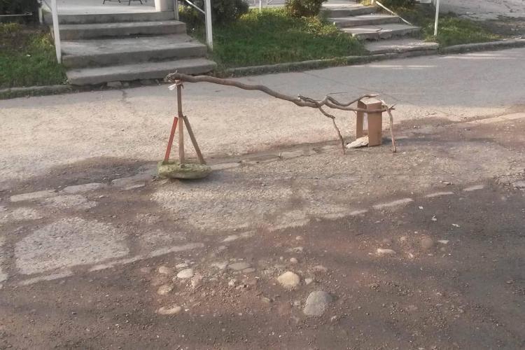 """E haos la Cluj-Napoca. Cum și-au """"securizat"""" ABUZIV clujenii din Mănăștur locurile de parcare - FOTO"""