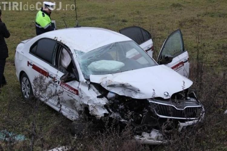 O mașină s-a răsturnat pe un drum din Cluj. Vina aparține altui șofer inconștient - VIDEO