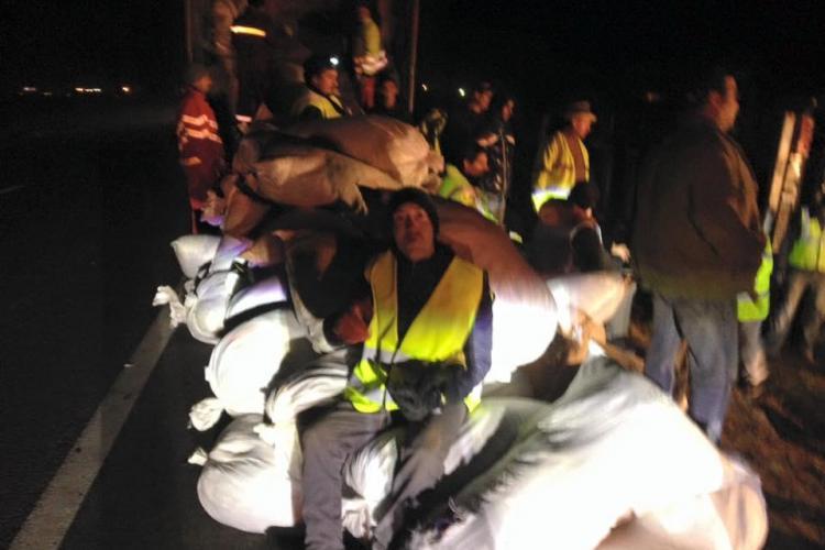 Voluntarii clujeni au mutat sacii cu haine din TIR -ul răsturnat pe DN 1 - FOTO