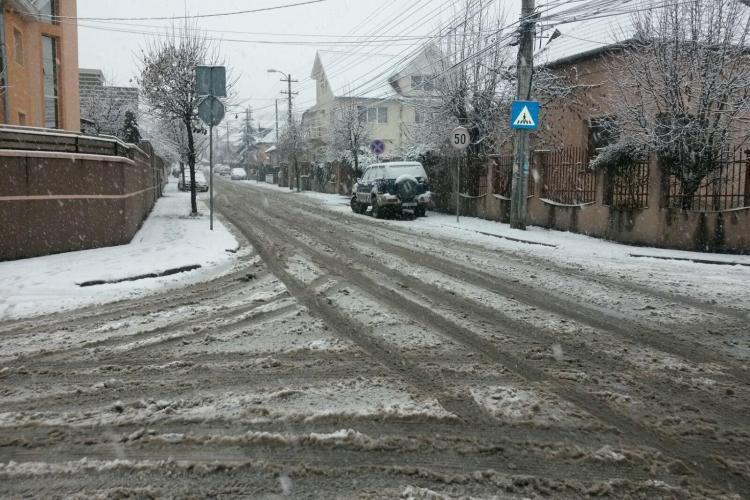 Cât de greu se circulă în cartierele clujene, din cauza zăpezii. Pe drumurile principale se merge bine, dar în rest e DEZASTRU FOTO
