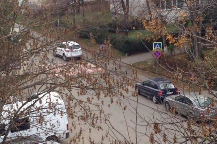 S-au montat stâlpișori pe strada Bucegi, Mănăștur, pentru a bloca parcările pe trotuar. Ce a urmat - FOTO