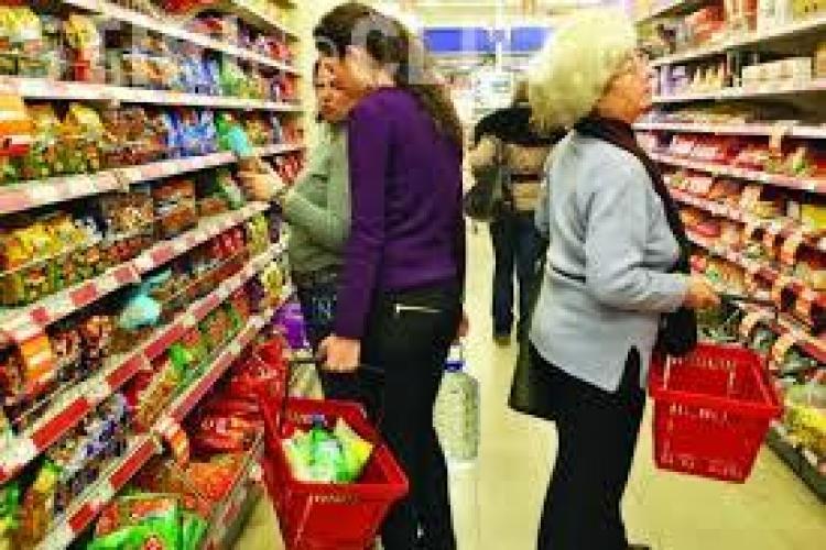 De la 1 ianuarie se ieftinesc țigările, băutura, hainele și toate produsele din magazine