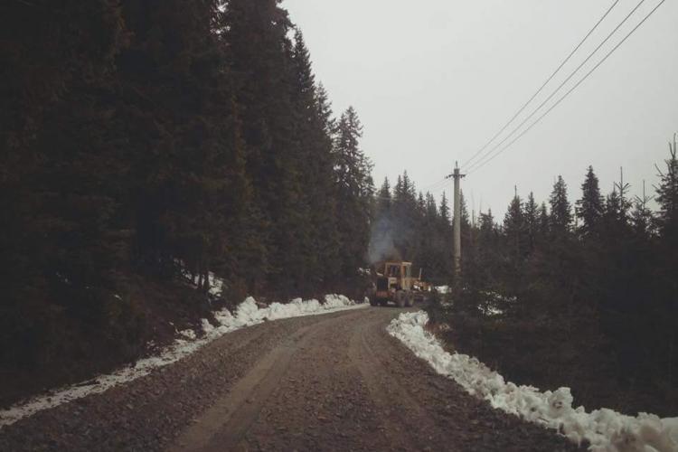 Autoritățile județene nu asfaltează, dar măcar pietruiesc cei 2 km până la pârtia Buscat