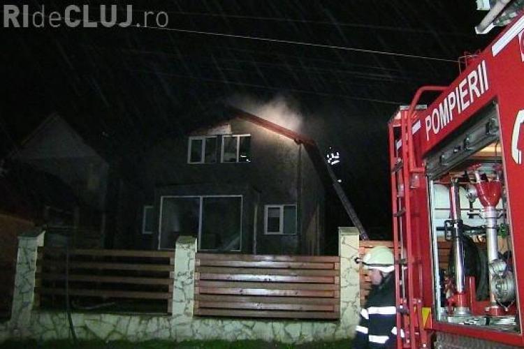 Necaz pentru o familie de clujeni, în prag de Sărbători. Casa abia construită le-a luat foc în toiul nopții VIDEO