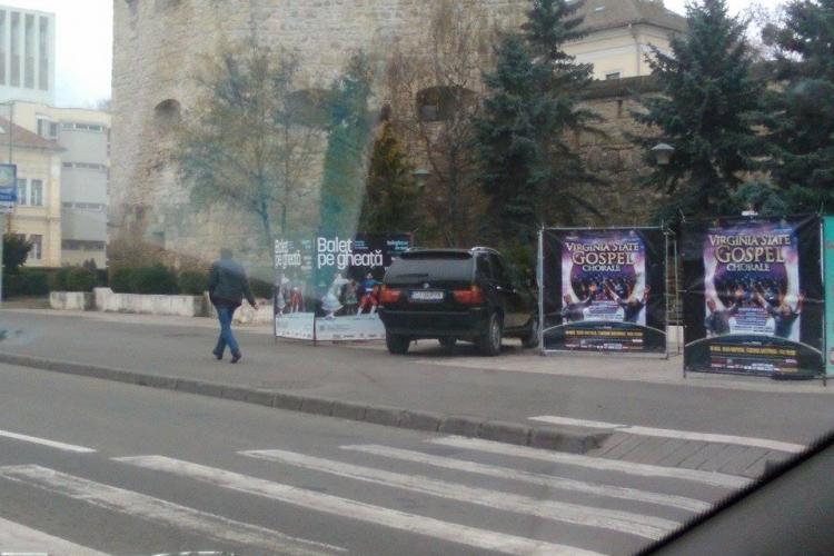 """Parcare de admirat la Cluj! Cu BMW la """"umbra"""" monumentului - FOTO"""