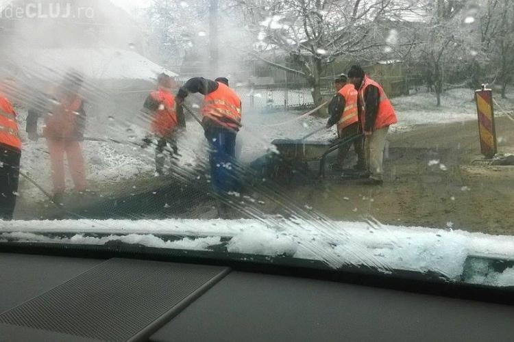 În Cluj se asfaltează pe zăpadă. Plombele oricum nu trebuie să reziste mult - FOTO