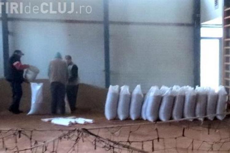 Sală de sport din Cluj folosită pentru depozitarea grâului. Copiii fac sport în frig - VIDEO