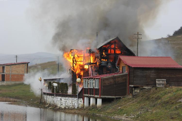 Incendiu violent într-o localitate clujeană. O casă a fost mistuită de flăcări FOTO/VIDEO