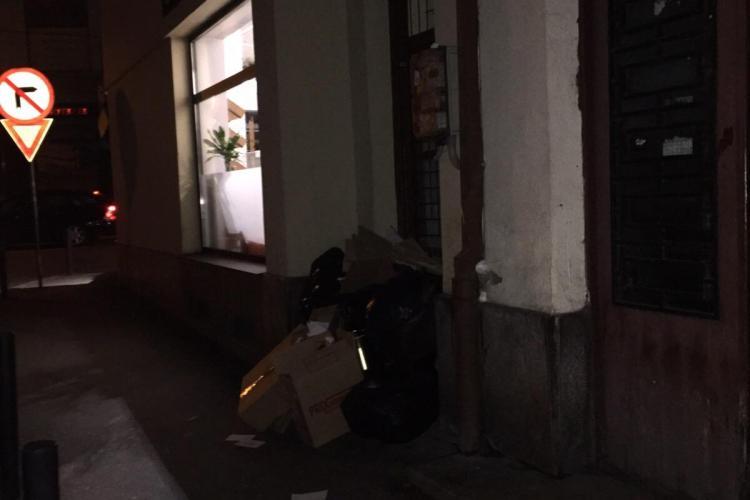 Lângă carmangeria Moldovan, din centrul Clujului, e un MUNTE de gunoaie: Nu mai am loc pe trotuar - FOTO