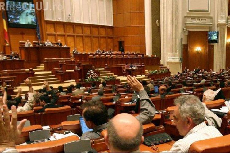 Senatorii au votat în MASĂ pensiile speciale pentru parlamentari