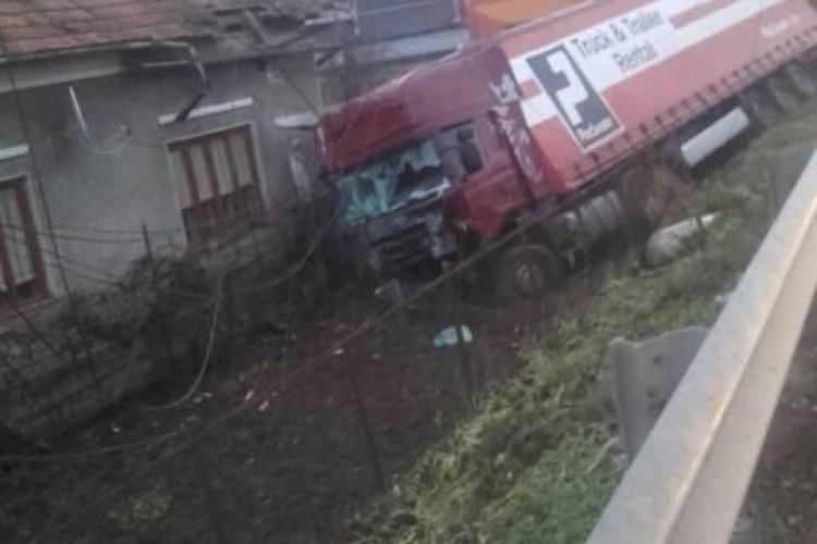 """Accident în Gilău. Un TIR a """"măturat""""tot  în cale și s-a oprit într-o casă - FOTO"""