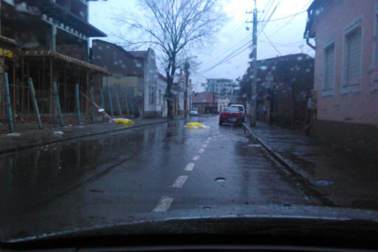 Șantier periculos pe strada Ploiești, din centrul Clujului: O bucată de cărămidă mi-a căzut pe mașină - FOTO