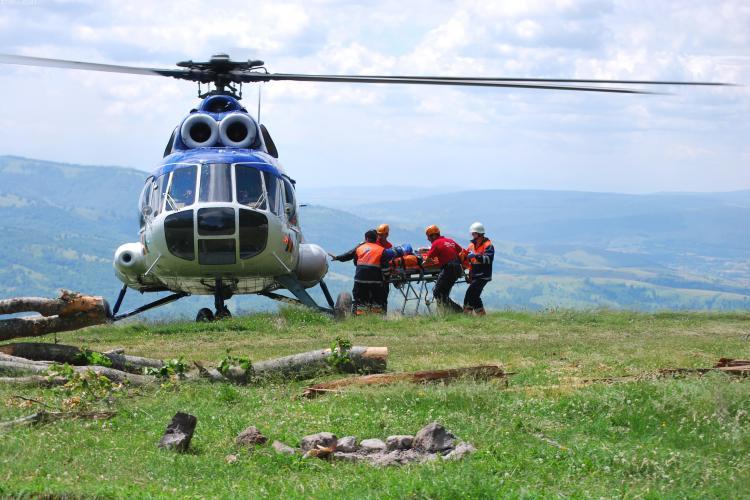 Elicopterul Unităţii Speciale de Aviaţie Cluj-Napoca folosit pentru a salva un grup de 70 de persoane blocate pe munte VIDEO