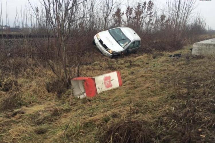 Accident la ieșire din Dej. Un șofer s-a răsturnat cu mașina în șanț VIDEO
