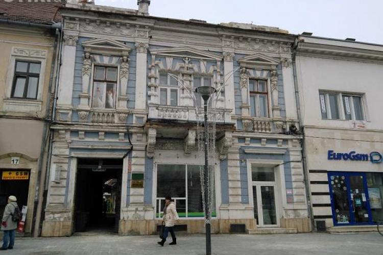 Clădirile istorice din centrul Clujului, lăsate în paragină de proprietari, devin un pericol pentru cetățeni. Ce măsuri iau autoritățile