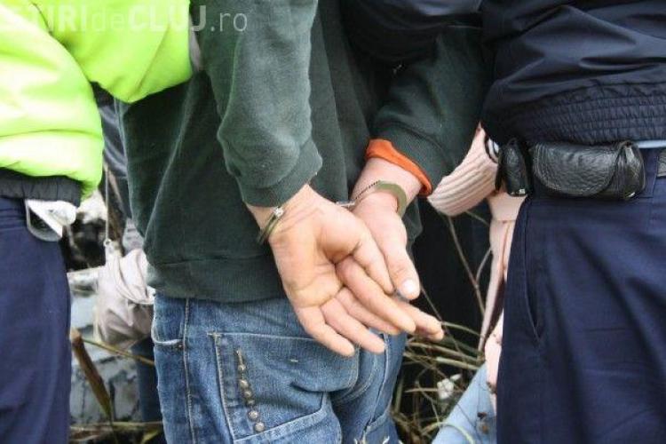 Spărgător de mașini reținut de polițiști la Cluj. A avariat patru mașini pentru a lua o baterie