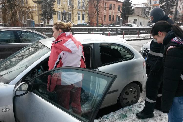 Copil blocat într-un autoturism, în centrul Clujului. Mama și-a închis cheile în mașină - FOTO