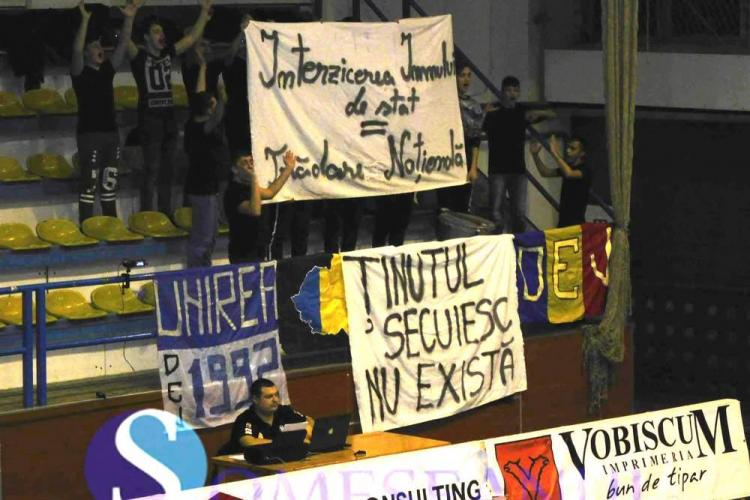 """Suporterii clujeni au afișat la un meci bannerul: """"Ținutul secuiesc nu există"""". Poliția a intervenit - VIDEO"""
