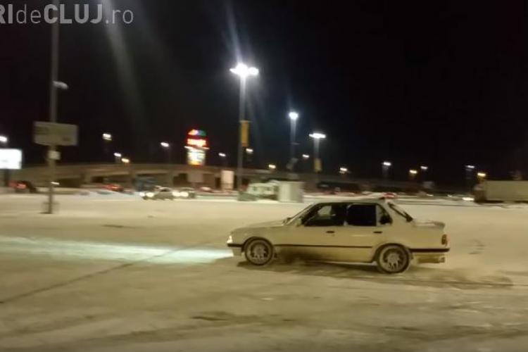 Dacă a nins, șmecherașii au ieșit la DRIFT în parcarea Polus, punând traficul în pericol - VIDEO