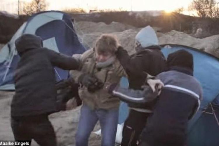 Jurnalistă atacată de imigranți în timp ce filma un documentar. Momentul a fost surprins de cameran VIDEO