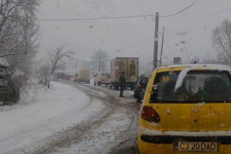 Drumul național 16, din Cluj, este blocat de zăpadă - FOTO