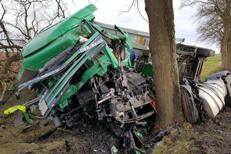 TIR din Cluj făcut PRAF pe o șosea din Franța. Șoferul a scăpat ca prin minune FOTO