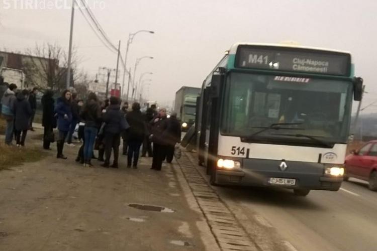 Autobuz CTP Cluj depanat, după ce roțile din spate au început să se miște de la loc - FOTO
