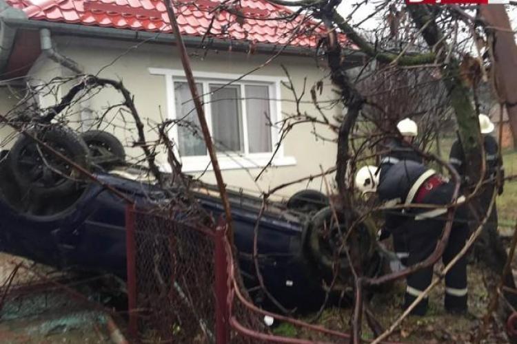 """Un șofer a scăpat ca prin minune dintr-un accident. A """"zburat"""" direct în curtea unei gospodării VIDEO"""