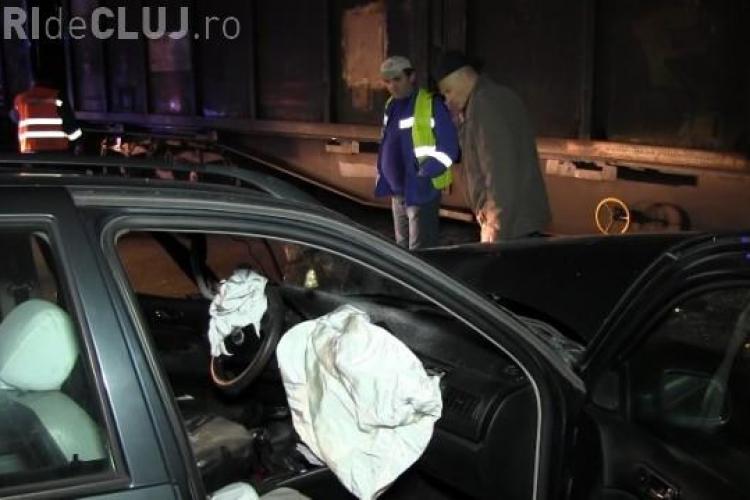 Mașină lovită de tren la Dej. Șoferul ajuns cu autoturismul sub roțile vagoanelor VIDEO