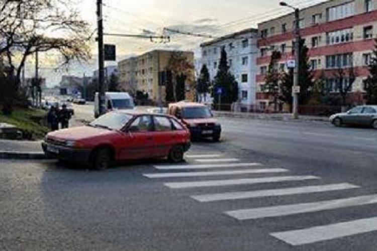 La Cluj-Napoca, n-au putut ridica mașina și au trasat trecerea de pietoni în jurul ei - FOTO