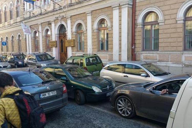 MANIFEST la Cluj, împotriva parcărilor ilegale. SOLUȚII propuse: parcare de maxim 2 ore în centru