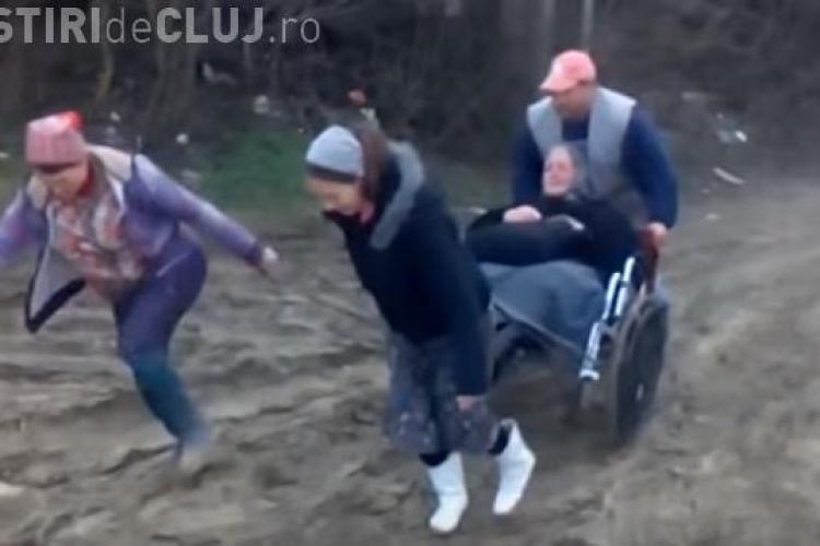 Se întâmplă în județul Cluj! Bătrână în scaun cu rotile târâtă prin noroi de localnici - VIDEO